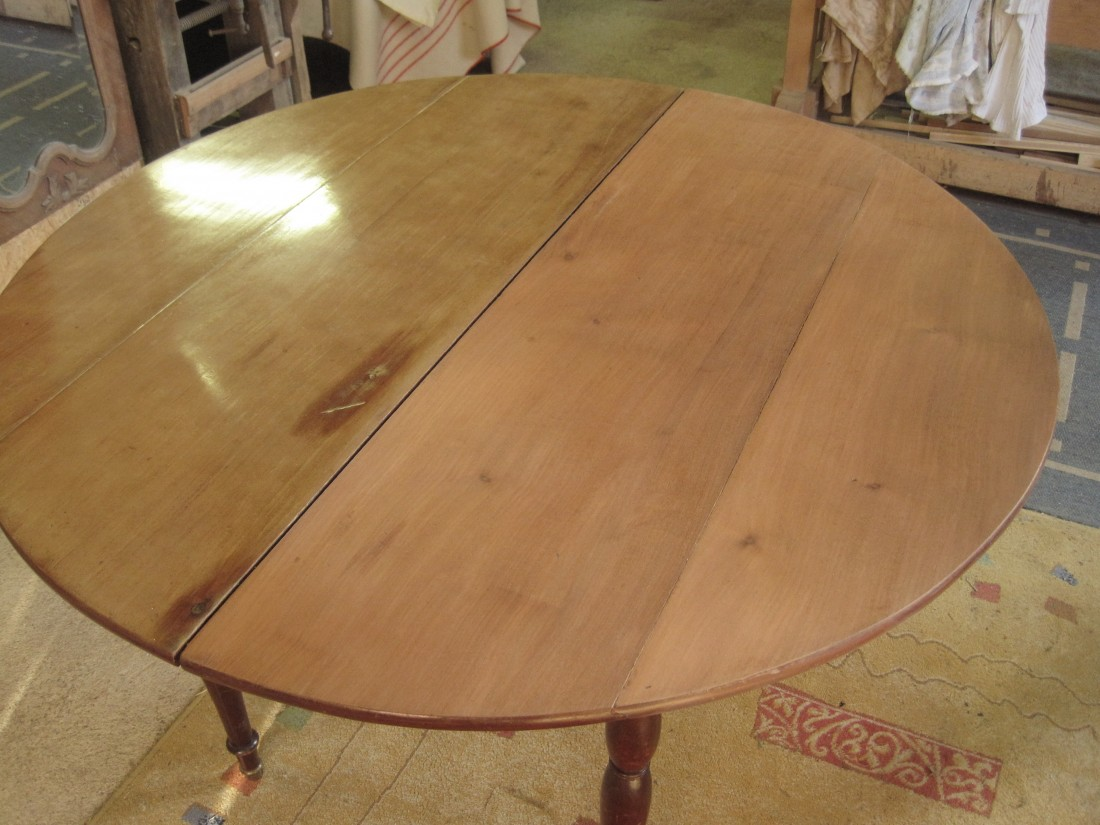 Finition d'un plateau de table en acajou