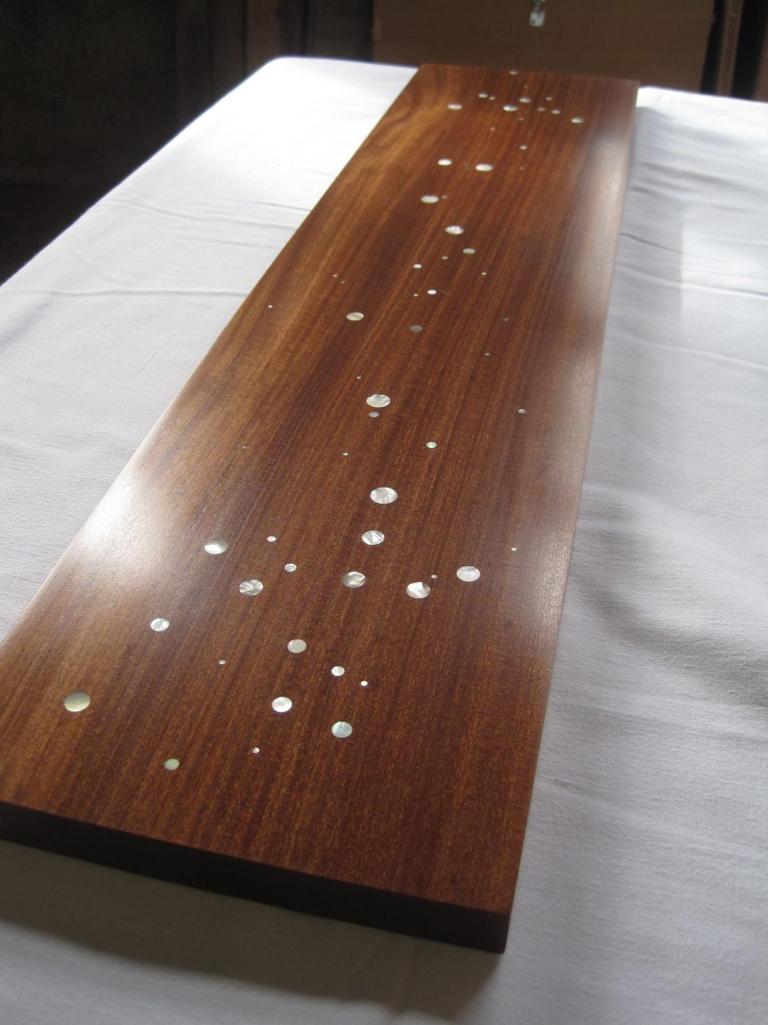 L'atelier Lignes d'Art propose des créations en bois incrustés de nacres: tableaux et meubles à vendre ou compositions selon vos projets sur supports neufs ou anciens.